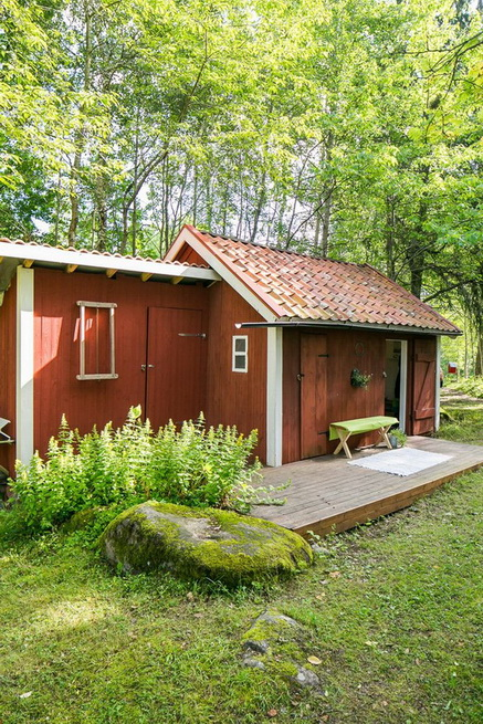 red-cottage-with-wooden-patio (25)
