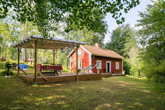 red-cottage-with-wooden-patio (27)