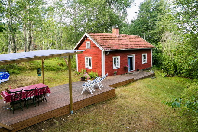 red-cottage-with-wooden-patio (28)