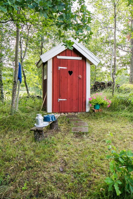 red-cottage-with-wooden-patio (29)