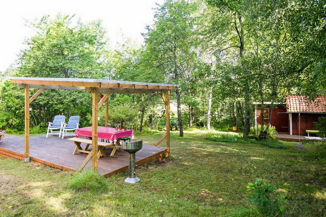 red-cottage-with-wooden-patio (30)