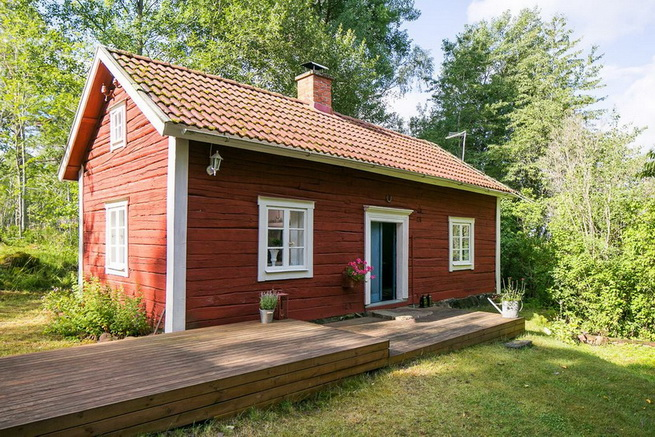 red-cottage-with-wooden-patio (31)