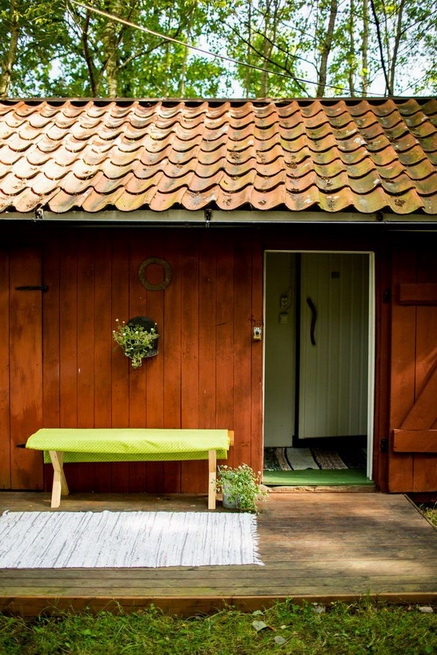 red-cottage-with-wooden-patio (33)