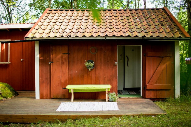 red-cottage-with-wooden-patio (34)
