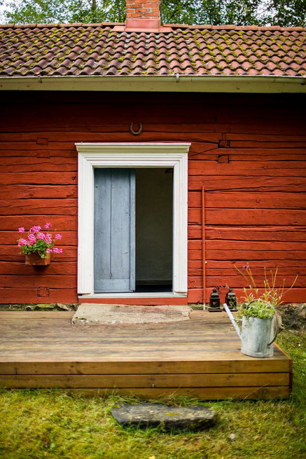 red-cottage-with-wooden-patio (37)
