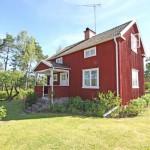 บ้านคอทเทจสีแดง สัมผัสกลิ่นอายสไตล์คันทรี รายล้อมไปด้วยบรรยากาศอันสดใส
