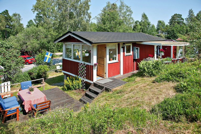 red-little-cottage-with-outside-space (10)