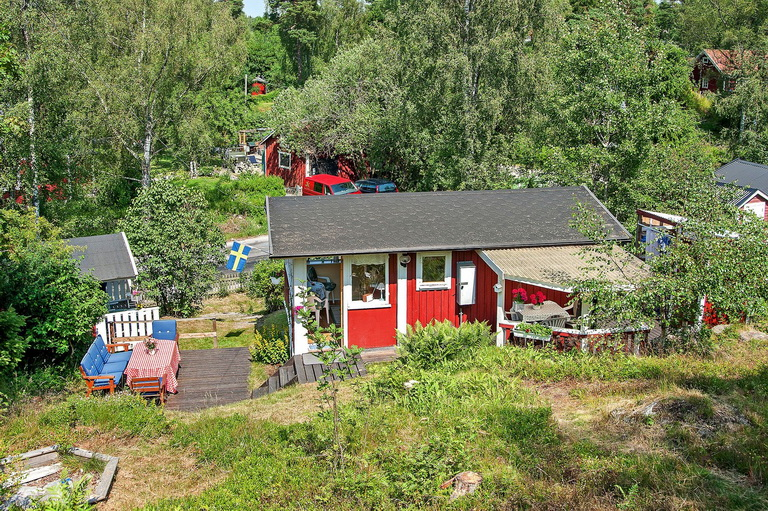 red-little-cottage-with-outside-space (15)