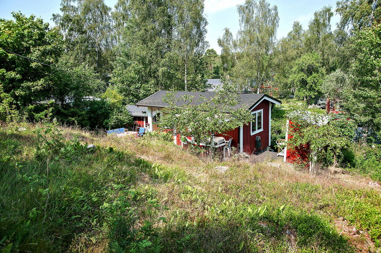 red-little-cottage-with-outside-space (16)