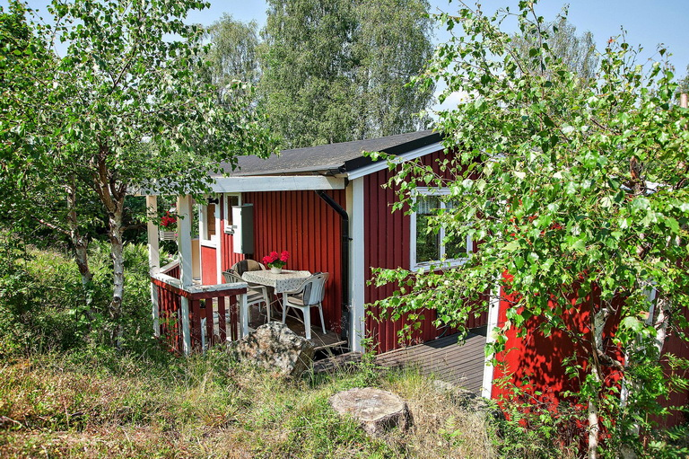 red-little-cottage-with-outside-space (3)