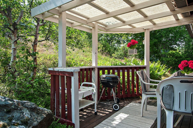 red-little-cottage-with-outside-space (4)