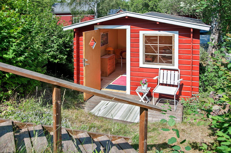 red-little-cottage-with-outside-space (5)