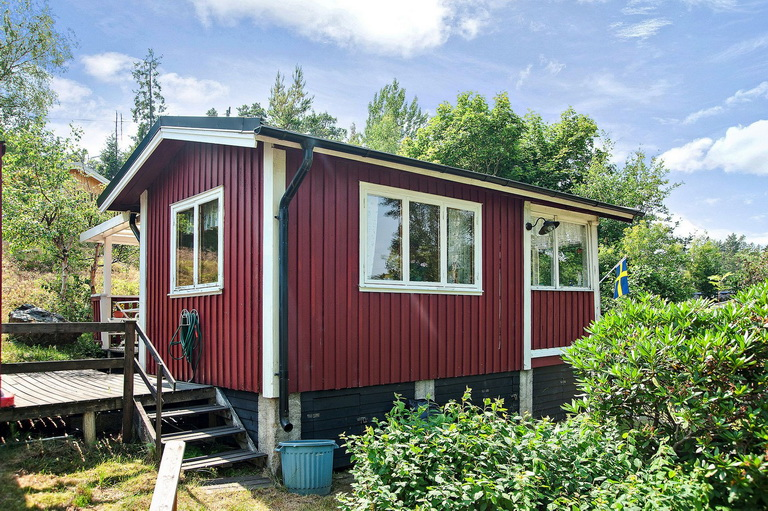 red-little-cottage-with-outside-space (8)
