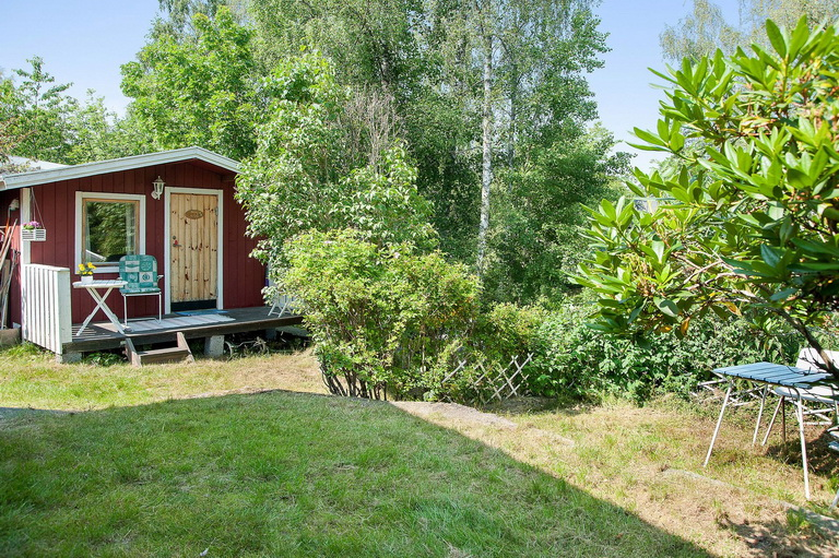 red-little-cottage-with-outside-space (9)