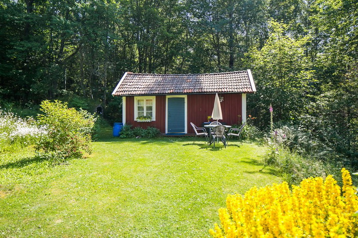red-wooden-cottage-in-forest (16)