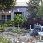 บ้านขนาดกะทัดรัด โทนสีน้ำเงิน พร้อมสระว่ายน้ำและสวนสวยหลังบ้าน