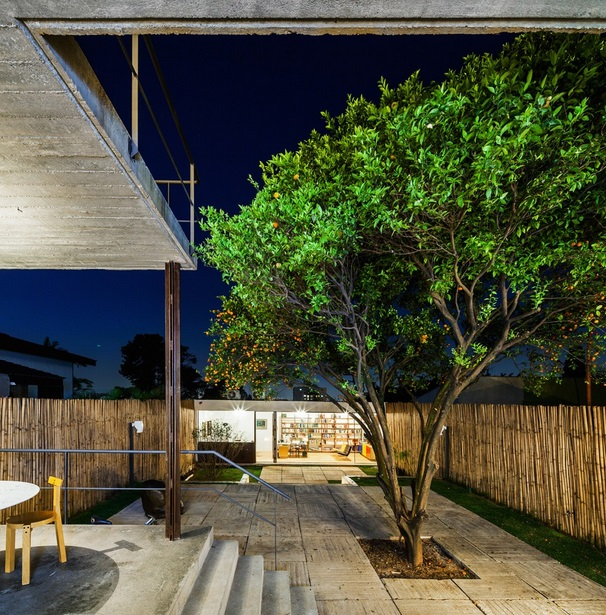 renovated-garage-house-with-backyard-and-frontyard (4)