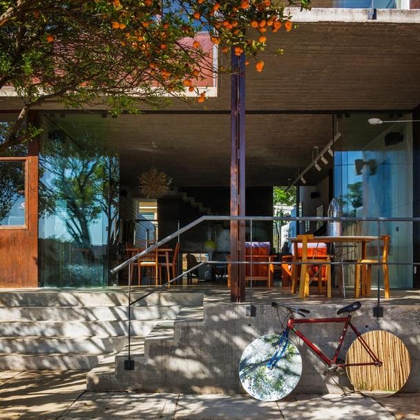 renovated-garage-house-with-backyard-and-frontyard (7)