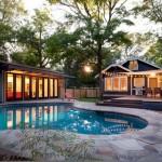บ้านบังกะโลแนวร่วมสมัย ให้ความรู้สึกเหมือนอยู่รีสอร์ท พร้อมห้องรับแขกภายนอกและสระว่ายน้ำ