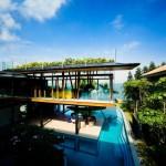 บ้านประหยัดพลังงานทรงใต้ถุน พร้อมสระว่ายน้ำขนาดใหญ่ในตัวบ้าน