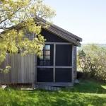 บ้านไม้ทรงคอทเทจ ดูเก่าๆที่ภายนอก ตกแต่งภายในด้วยสไตล์โมโนโทนสุดล้ำ