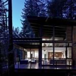 แบบบ้านไม้ร่วมสมัย หรูหราและคลาสสิค ตั้งอยู่ใกล้ริมฝั่งแม่น้ำในป่า