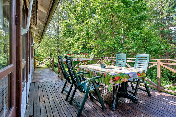 white-cottage-with-wooden-patio (19)