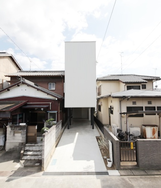 white-minimal-narrow-long-house-in-limited-space (1)
