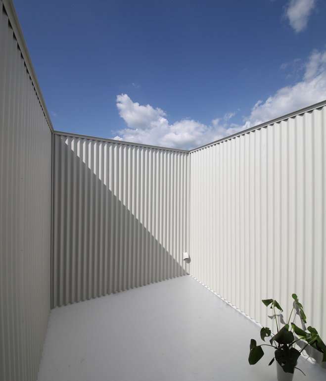 white-minimal-narrow-long-house-in-limited-space (2)