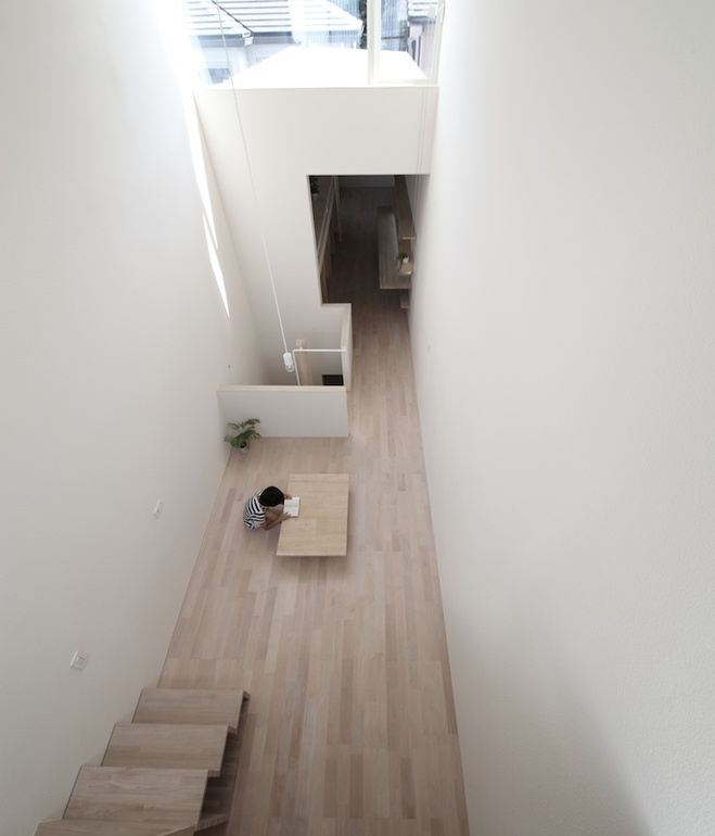 white-minimal-narrow-long-house-in-limited-space (3)