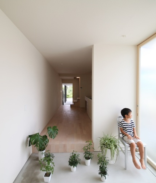 white-minimal-narrow-long-house-in-limited-space (5)