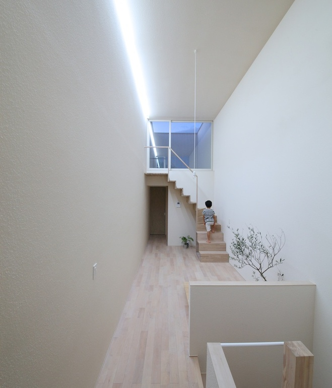 white-minimal-narrow-long-house-in-limited-space (6)