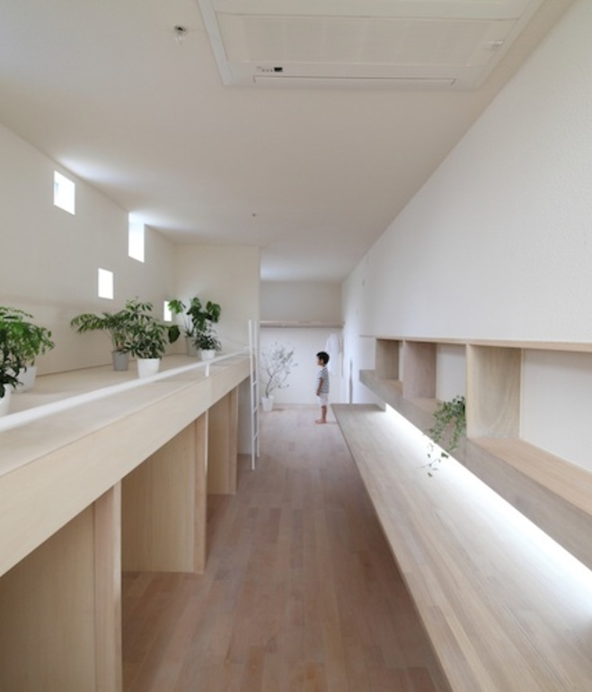 white-minimal-narrow-long-house-in-limited-space (7)
