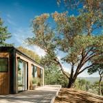 แบบบ้านไม้ทรงคอนเทนเนอร์ ตั้งอยู่บนเนินเขา สดชื่นกับวิวสวยยามเช้าอันน่าหลงใหล