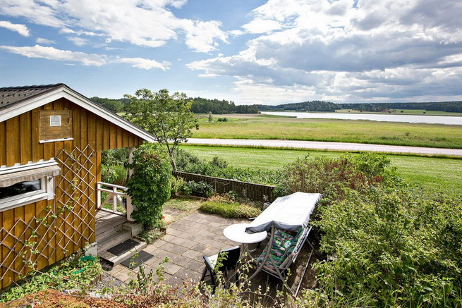 wooden rustic cottage with patio (14)
