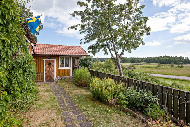 wooden rustic cottage with patio (7)