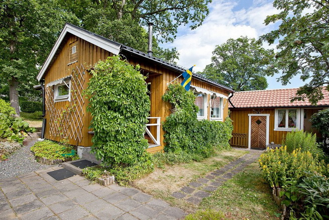 wooden rustic cottage with patio (8)
