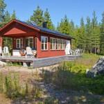 บ้านไม้สีแดงกลางป่า มาพร้อมกับชานไม้และวิวทะเลสวยงาม