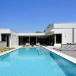 บ้านวิลล่าสไตล์โมเดิร์น โทนสีเรียบๆ มาพร้อมกับสระว่ายน้ำสุดหรู
