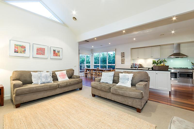 1-story-white-contemporary-house (2)
