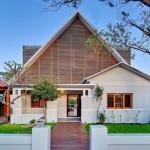 แบบบ้านครอบครัวแสนสวย ขนาด 2 ชั้น 4 ห้องนอน ออกแบบโดยใช้วัสดุผสมผสาน ทั้งลงตัวและสวยงาม
