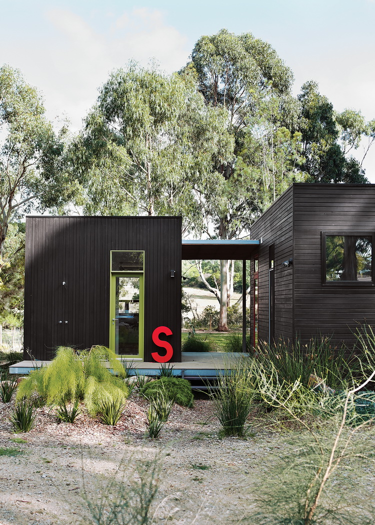 black-modular-cabin-house in forest (5)