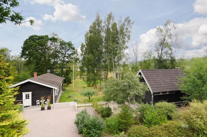 black wooden bungalow (4)