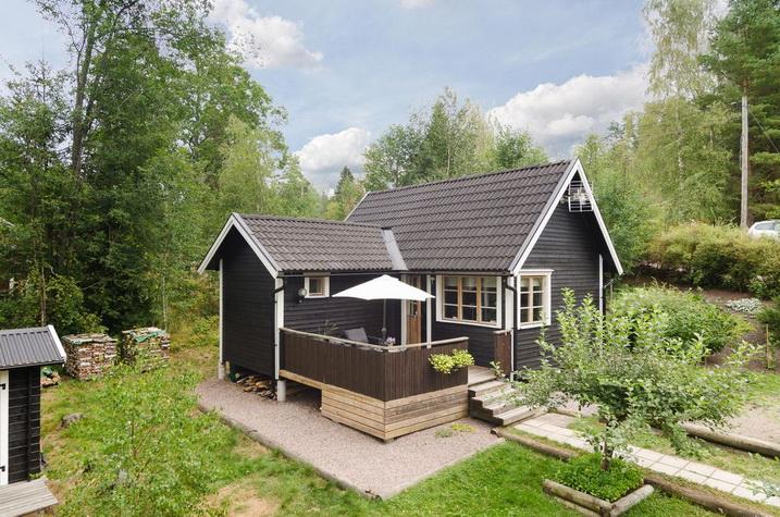 black wooden bungalow (5)