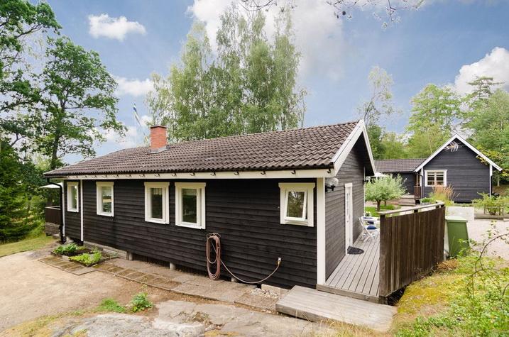 black wooden bungalow (6)