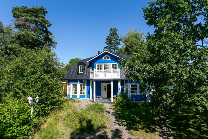 blue-classic-house-in-forest (1)