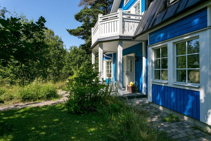 blue-classic-house-in-forest (2)