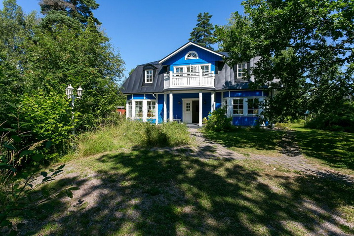 blue-classic-house-in-forest (29)