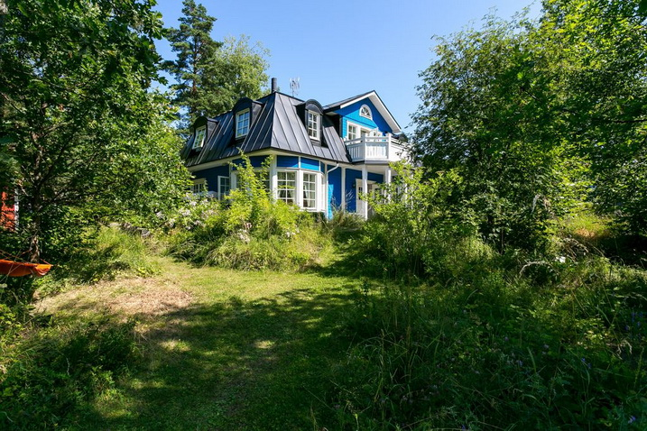 blue-classic-house-in-forest (3)