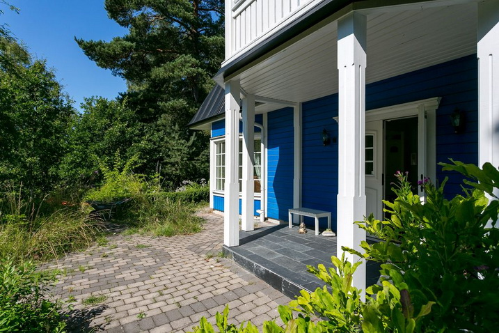 blue-classic-house-in-forest (4)